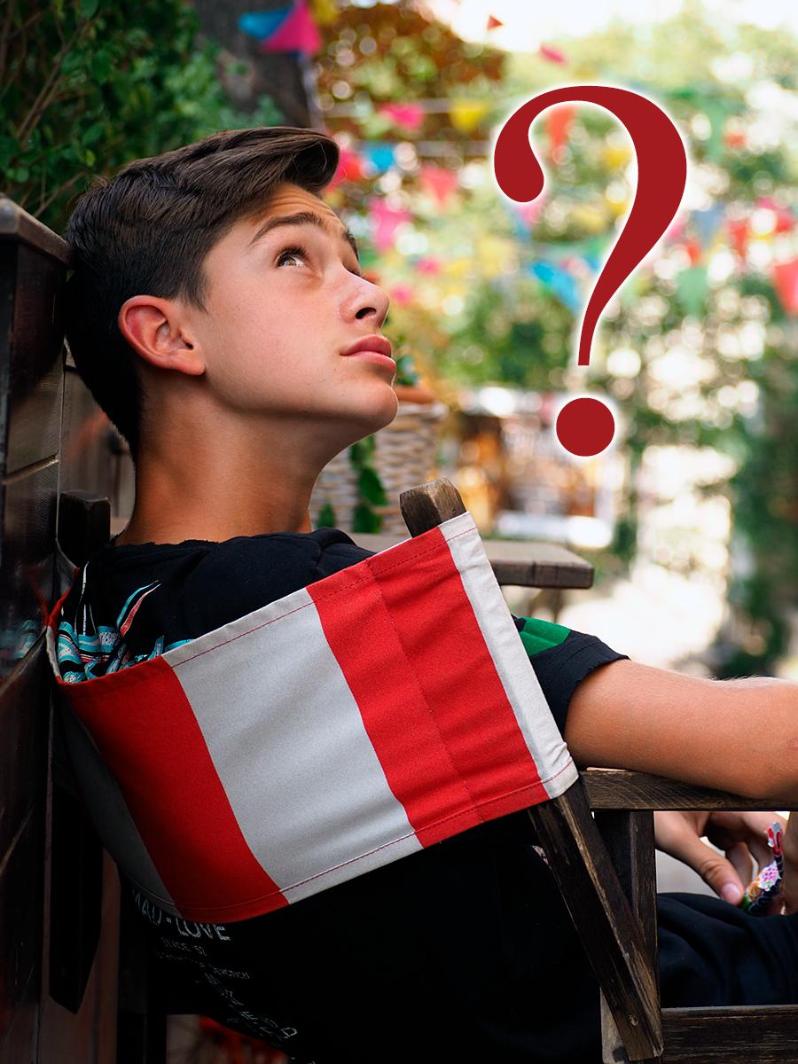Момче гледа замислено